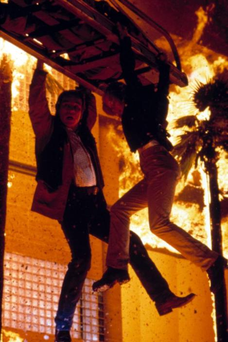 Still from Volcano (1997) with Tommy Lee Jones and Anne Heche